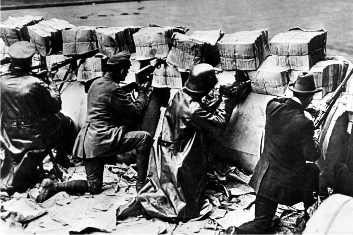Espartaquistas en una barricada en 1919. Foto: DP.
