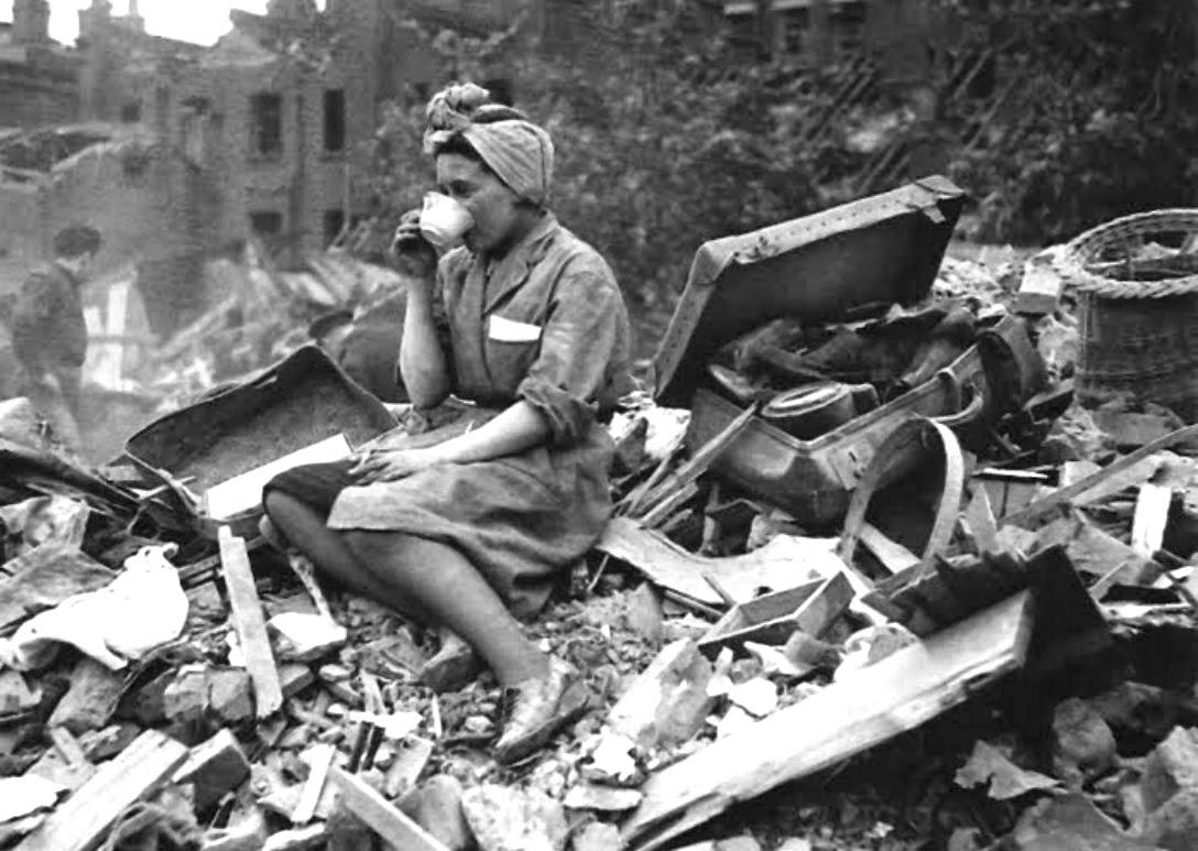 Una mujer toma una taza de té sobre los escombros, Londres, 1941