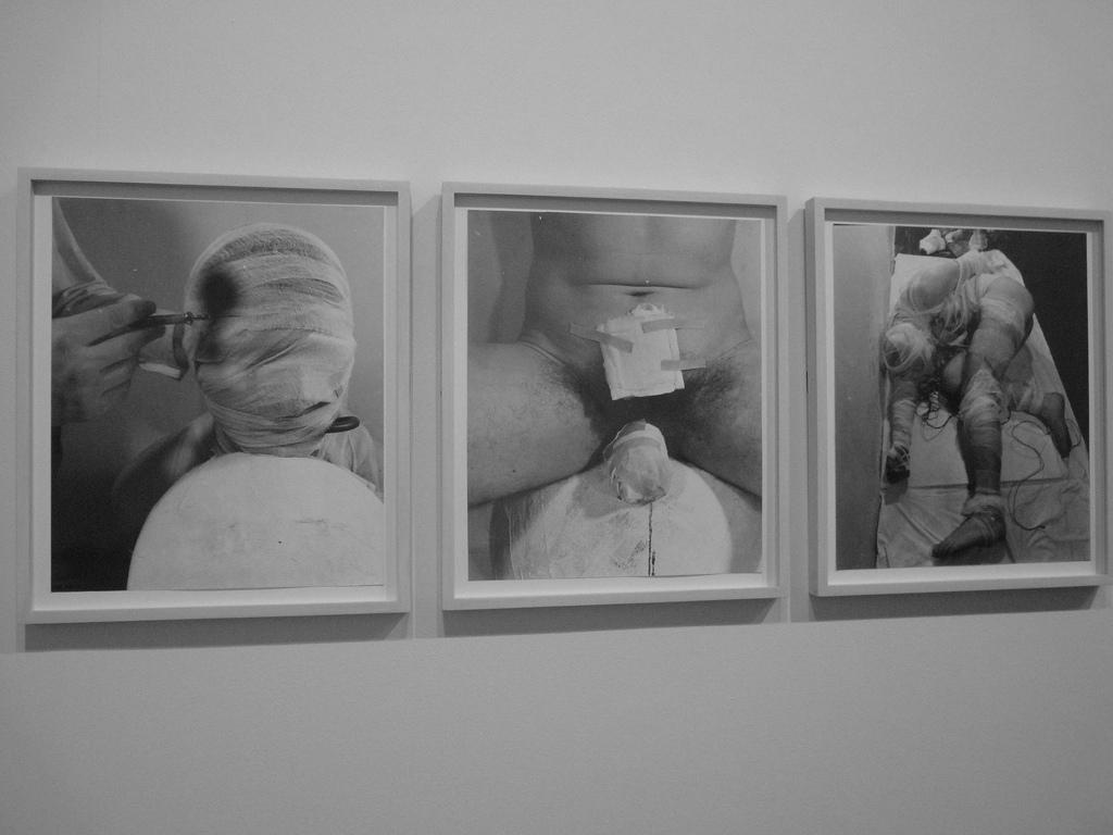 Obras de Rudolf Schwarzkogler, colección permanente de la Tate Modern. Fotografía: Paddy Johnson (CC).