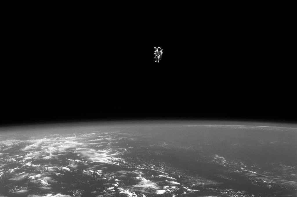 Bruce McCandless en un «vuelo libre», 1984. Fotografía: NASA (CC)