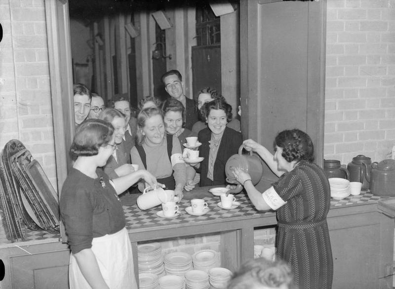 La hora del té en un refugio antiaéreo de Londres, 1940. Fotografía: IWM (CC)