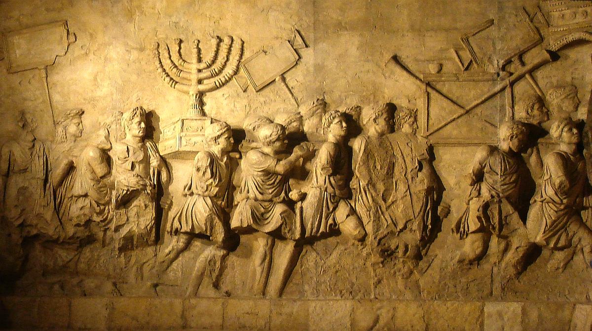 Detalle de uno de los relieves del Arco de Tito Soldados romanos con el botín del Templo de Jerusalén