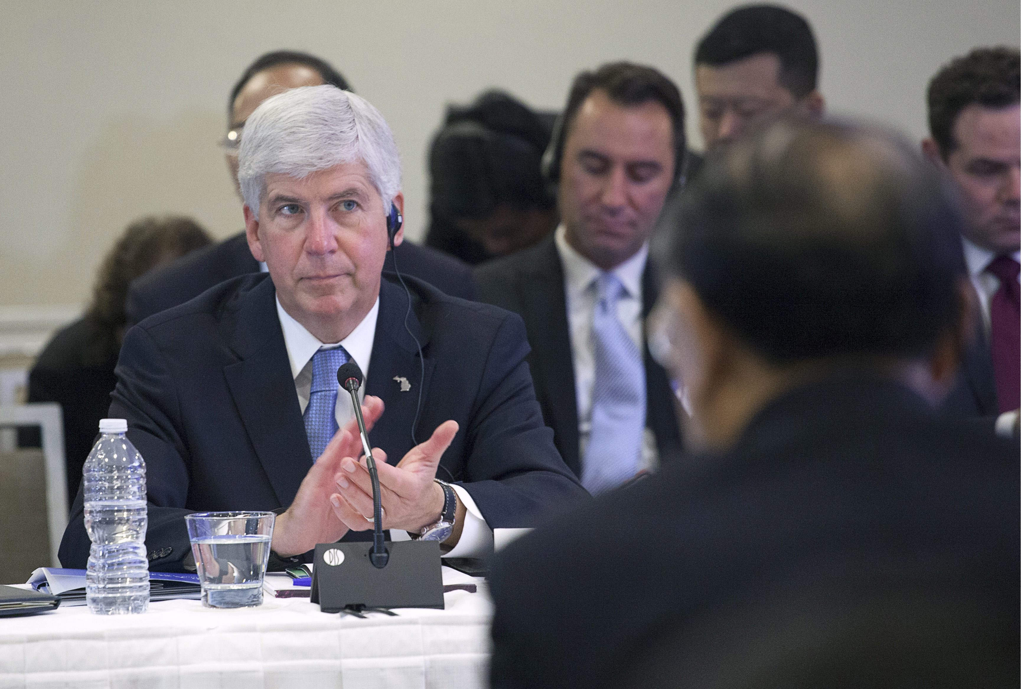 Governor Rick Snyder of Michigan applauds at a meeting with Chinese President Xi Jinping and four other United States governors to discuss clean technology and economic development in Seattle, Washington September 22, 2015. Xi landed in Seattle on Tuesday to kick off a week-long U.S. visit that will include meetings with U.S. business leaders, a black-tie state dinner at the White House hosted by President Barack Obama and an address at the United Nations. REUTERS/Matt Mills McKnightCODE: X02902