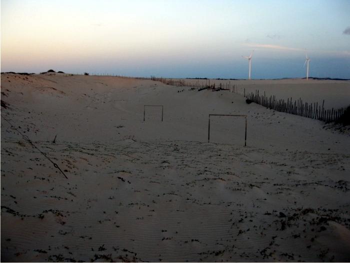 El estado de Ceará es una de las zonas más secas de Brasil. Campo de fútbol en medio de las dunas, cerca de la costa. Foto: Sergio Rossi.