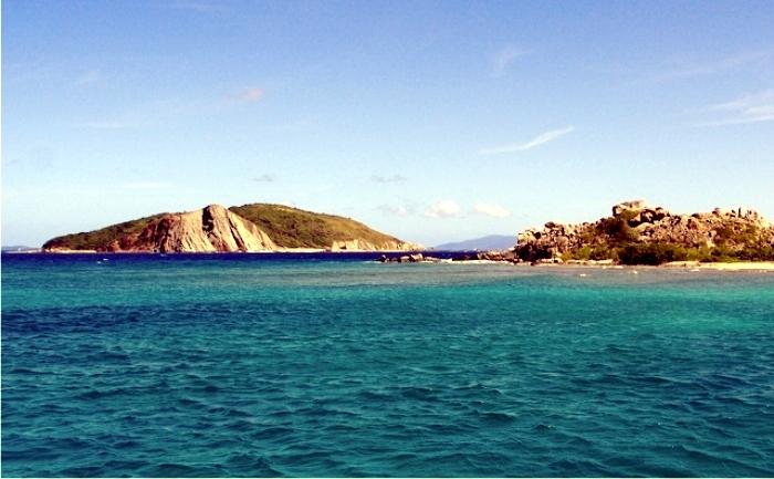 La isla Dead Chest, vista desde la isla de Peter. Foto: John Sievert (CC)