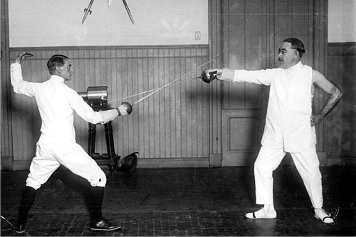 Lugones practicando esgrima. Foto: DP.
