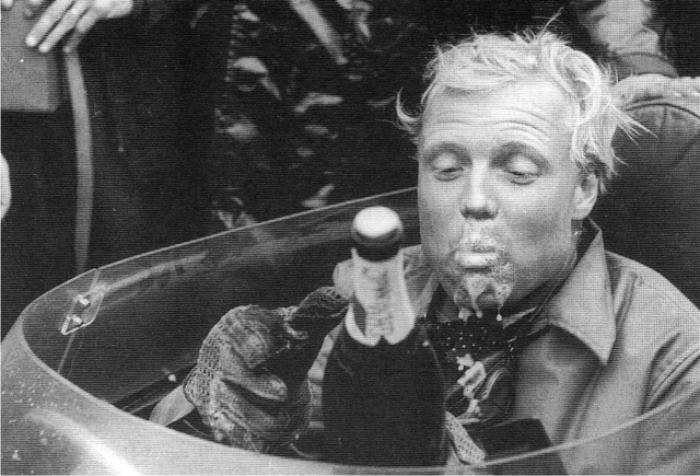 Mike Hawthorn celebrando con champán su victoria. Foto: DP.