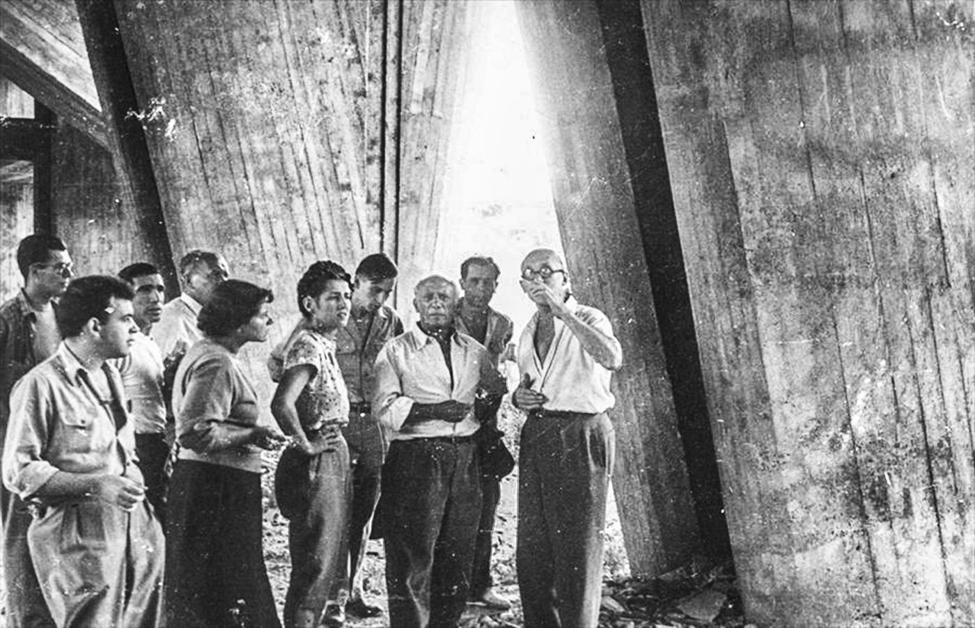 le-corbusier-et-pablo-picasso-sur-le-chantier-de-lunitc3a9-dhabitation-de-marseille-1949-photographe-non-mentionnc3a9col