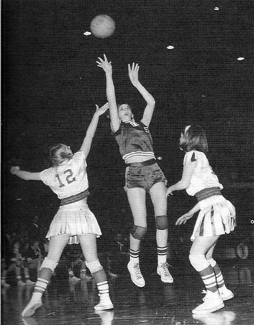 Denise Long anota dos de los noventa y tres puntos que subió a su casillero en la final del campeonato del 13 de marzo de 1968. (DP)