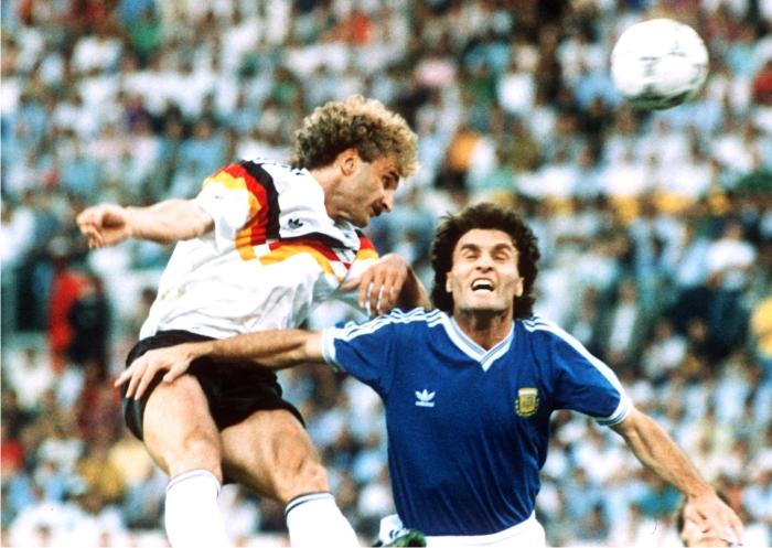 Rudi Völler y Óscar Ruggieri. Foto: Corbis.