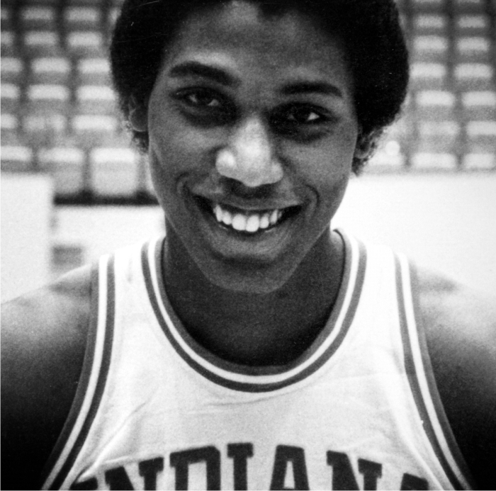 Landon Turner sonríe ataviado con el uniforme de Indiana. Imagen cortesía de NBA.