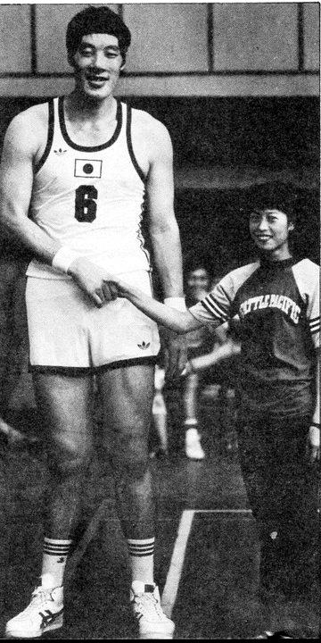 El gigante Yasutaka Okayama saluda a una joven en un entrenamiento con Japón. (DP)