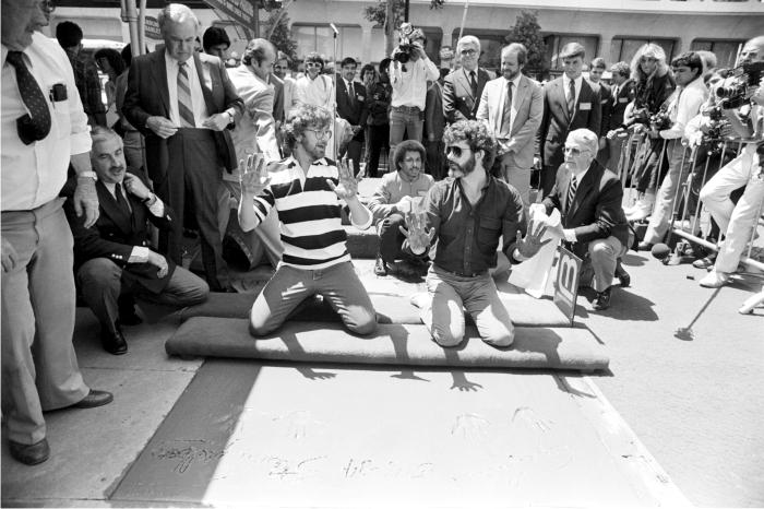 Steven Spielberg y George Lucas dejan sus huellas frente al Teatro Chino de Grauman antes del estreno de En busca del arca perdida.