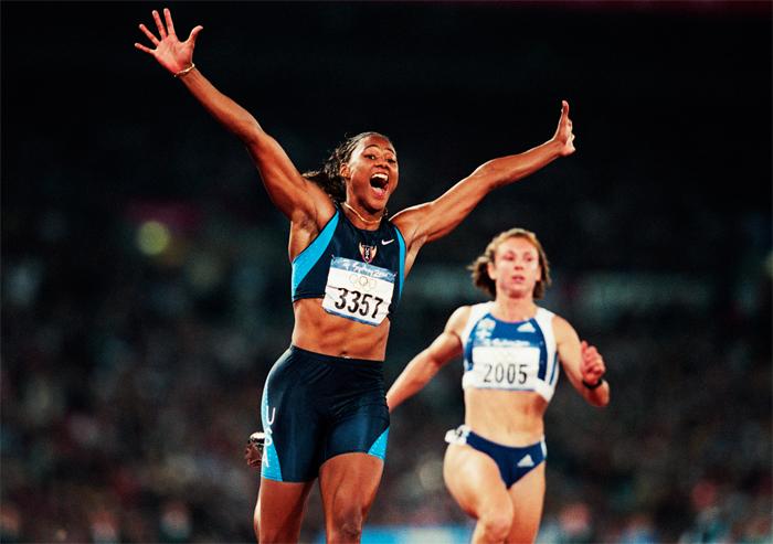 Thanou, en segundo plano, entra a meta tras Marion Jones en los Juegos de Sídney 2000. Foto: Corbis