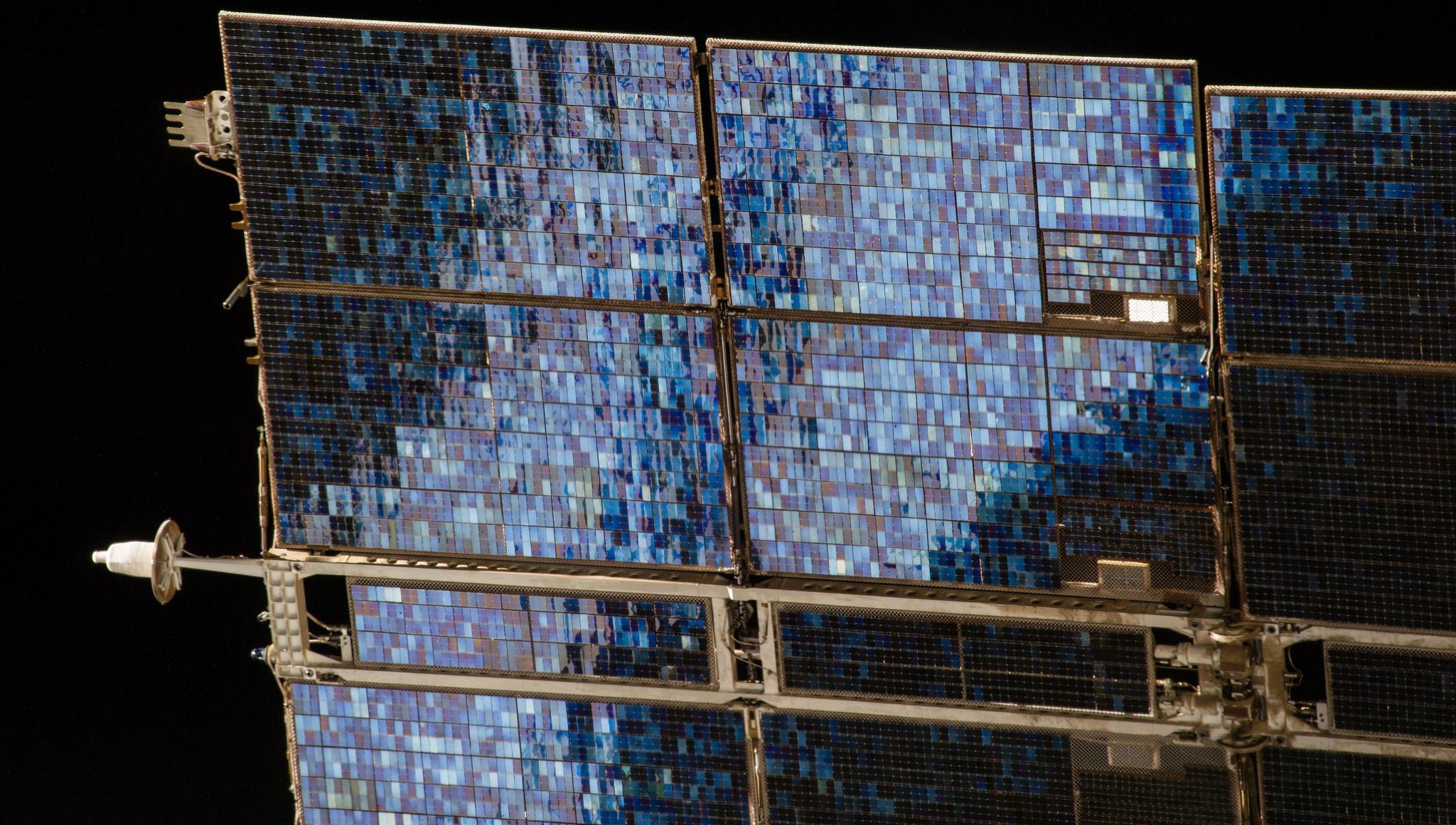 Paneles de la Estación Espacial Internacional. Fotografía: NASA (CC).