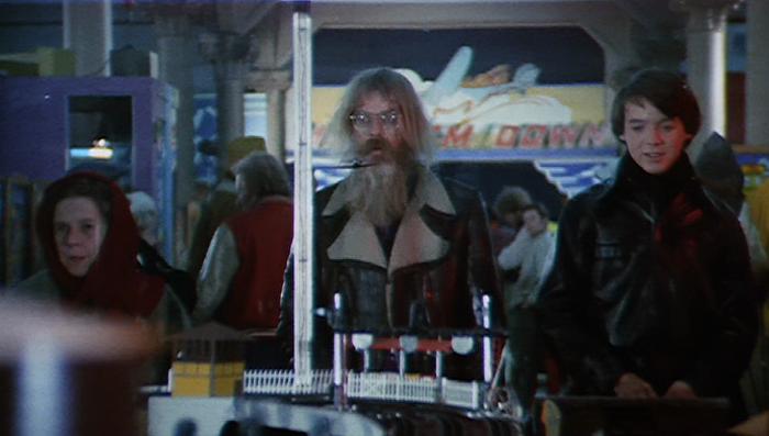 El genial Hal Ashby, con su legendario abrigo, haciendo un cameo en la película (imagen: Paramount)
