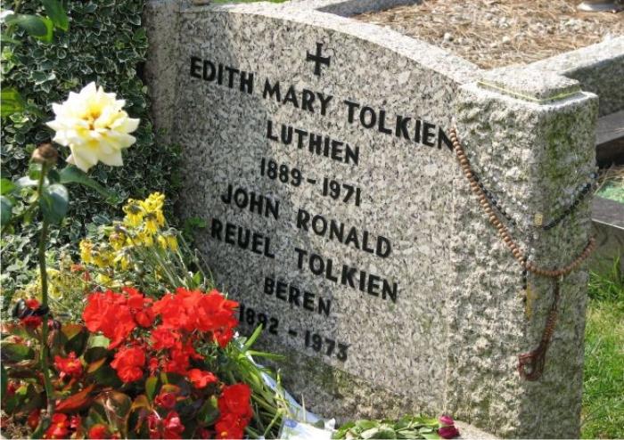 Tumba de J. R. R. Tolkien y su esposa, Edith Mary Tolkien, en el cementerio de Wolvercote. Foto: Twooars (CC)