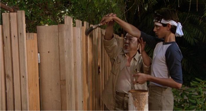 Como le sucediera a Tom Sawyer, Dani-san recibió lecciones morales de pintar la valla. Imagen: Columbia Pictures.