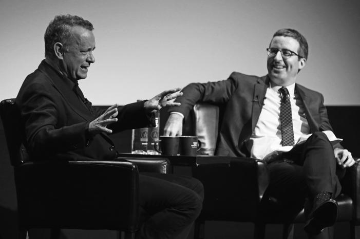 Tom Hanks junto al cómico británico John Oliver.