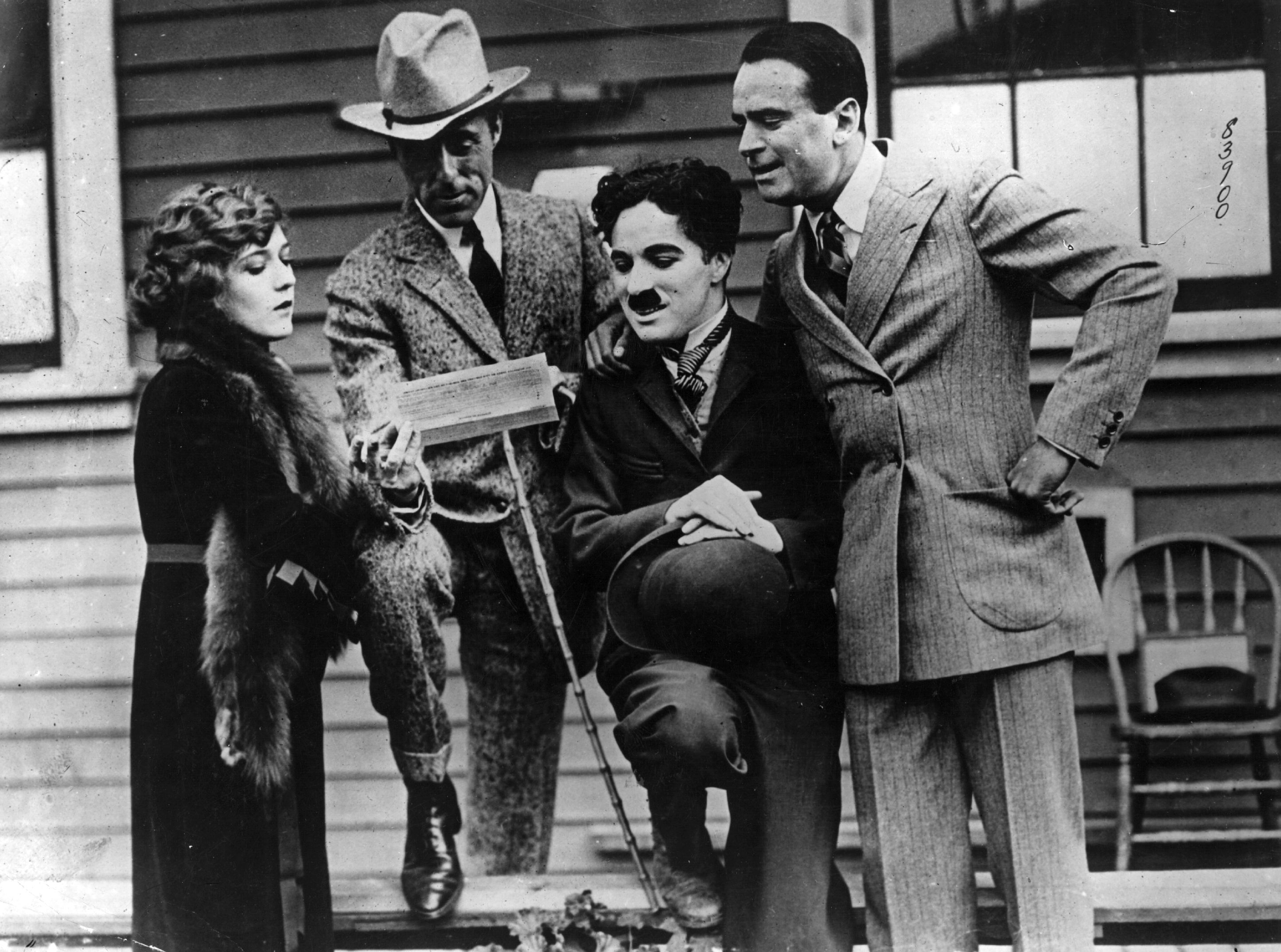 Mary Pickford, David Wark Griffith, Charlie Chaplin y Douglas Fairbanks el día que crearon United Artists (1919). Fotografía: autor desconocido (DP).