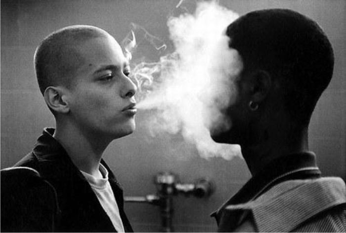 El humo denso en la salida desaparece en la distancia, como la carrera de Edward Furlong. Imagen: New Line Cinema.