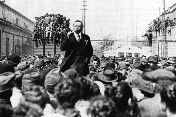 Béla Kun dando un mitin en 1919 (DP).