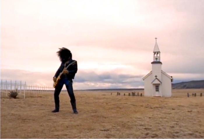 Slash en «November Rain». Necesitó algo de tiempo solo tras aquellos maravillosos años. Imagen: Geffen Records.
