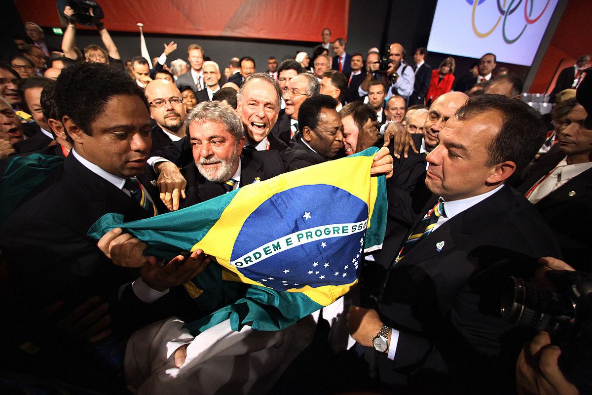 Membros da delegação brasileira comemoram a escolha do Rio de Janeiro celebración de la elección de Río de Janeiro como ciudad anfitriona de los Juegos Olímpicos de verano de 2016. Agência Brasil (CC).