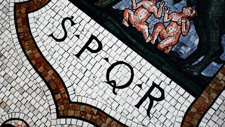 SPQR, acrónimo de la frase latina Senātus Populusque Rōmānus, en referencia al gobierno de la antigua República romana. Fotografía: Marco / Zak (CC).