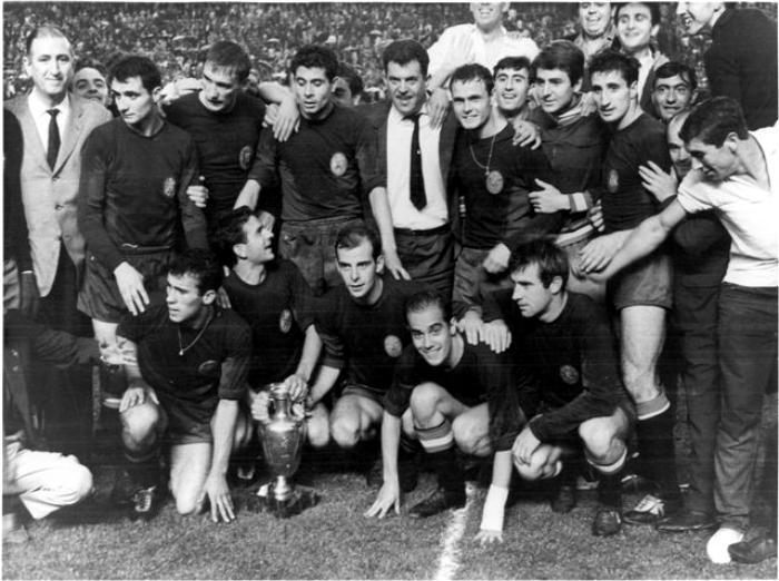 El equipo nacional con la copa. (DP)