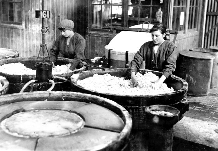 Preparando «porridge del diablo» a cara descubierta. Foto cortesía del Imperial War Museum.