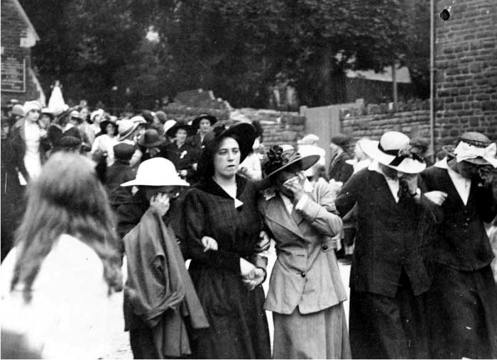 Trabajadoras en el funeral de una compañera muerta en accidente de trabajo en Swansea.