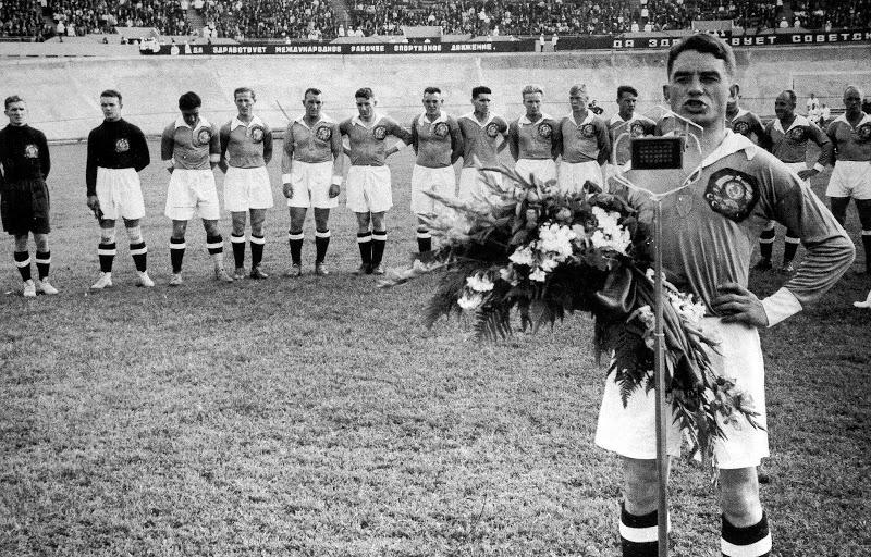 Nikolai Starostin, capitán del equipo nacional de fútbol de la URSS, dando un discurso antes de un partido amistoso con Turquía en 1934. Fotografía: B. Kudoyarov (DP).