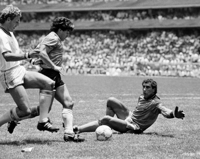 Diego Maradona a punto de marcar el gol de goles. Fotografía cortesía de fifa.com