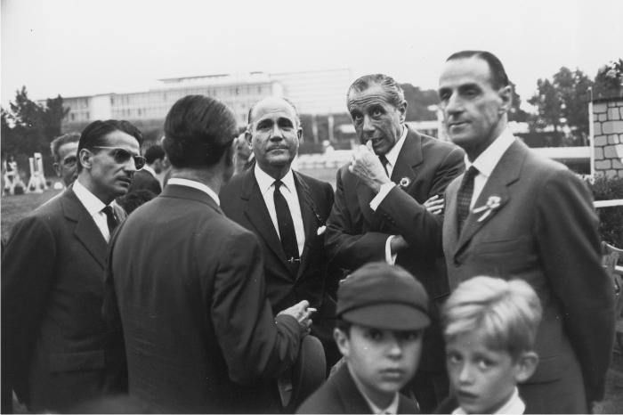 Hombres conversando en las instalaciones del Club de Polo. Barcelona, 1962. Colección MACBA, cortesía de herederas de Xavier Miserachs.