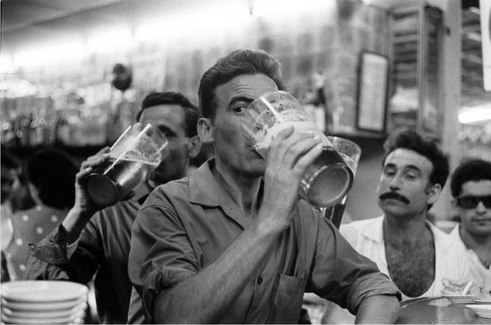 Hombres en un bar de la Plaza Real. Barcelona 1962. Colección MACBA, cortesía de herederas de Xavier Miserachs.