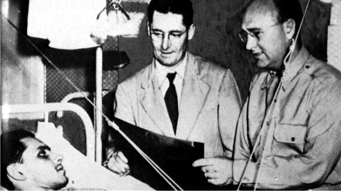 Florey examina a un soldado bajo tratamiento con penicilina en un hospital militar en 1944. Foto: Australian National University (DP)