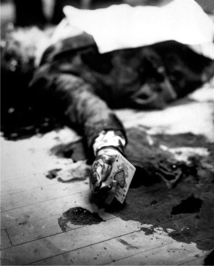 El cuerpo de Joe Masseria tras el asesinato. La carta que sostiene Joe Masseria la colocó el fotógrafo para darle más drama a la imagen. Foto