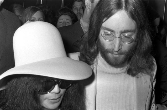 John Lennon a la derecha de La Culpa de Todo.