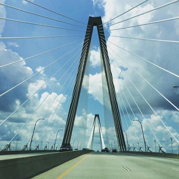 El precioso puente colgante que conecta Charleston con la zona de playas al este de la ciudad.