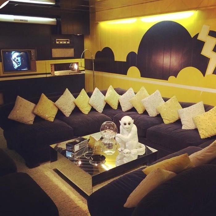El salón del televisor de Elvis en Graceland, con monito de porcelana incluido.