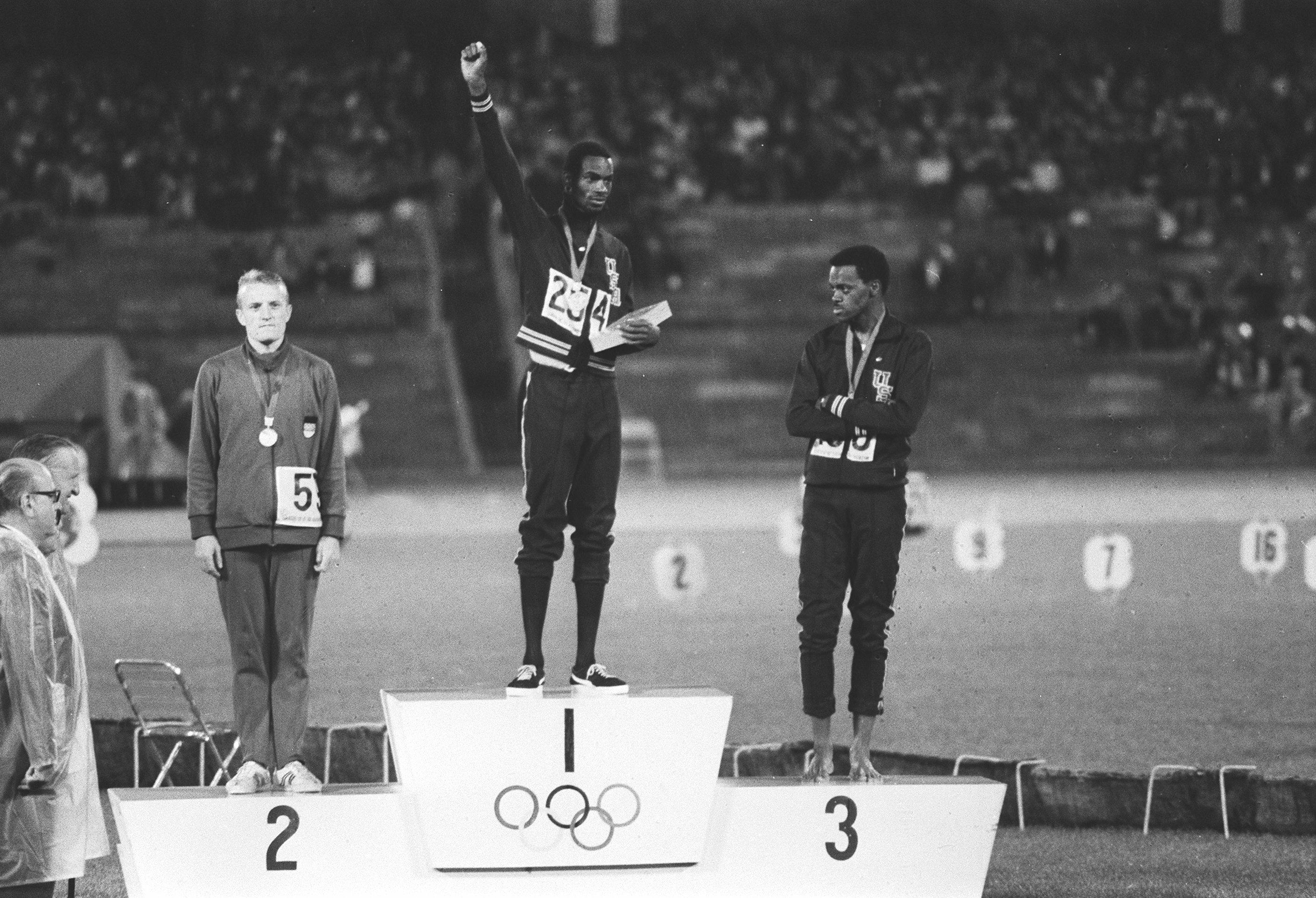El atleta Bob Beamon en el podium tras vencer en la prueba de salto de Longitud de los Juegos Olimpicos de Mejico de 1968 seguido de Klaus Beer y de Ralph Boston *** Local Caption *** beer (klaus) beamon (bob) boston (ralph)