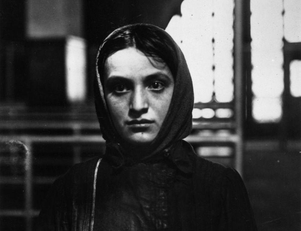 Una joven inmigrante ca. 1905. Fotografía: Getty Images.