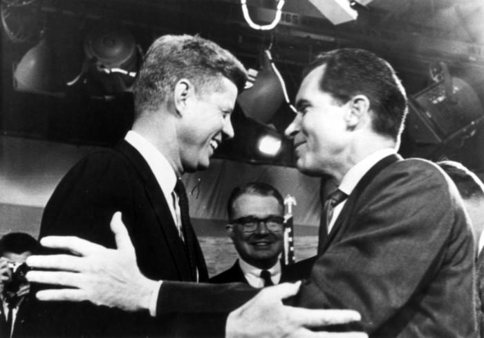 ARCHIV- Der republikanische Präsidentschaftskandidat Richard Nixon (r) und sein demokratischer Kontrahent John F. Kennedy (l) verabschieden sich nach ihrem Fernsehduell in Washington am 07.10.1960 herzlich voneinander. In der Mitte steht Fernsehdirektor J. Leonard Reinsch. Wahlkämpfe in den USA sind eine milliardenschwere Sache. Doch wer mächtigster Mann der Welt wird, entscheiden manchmal Kleinigkeiten - gewollte geniale Schachzüge und ungewollte peinliche Ausrutscher. (zu Serie: US-Präsidentenwahl 2012 «Game Changer: Manchmal entscheiden Kleinigkeiten den US-Wahlkampf») +++(c) dpa - Bildfunk+++
