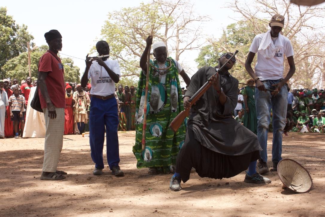 Durante el rito, varios de los Fula entran en trance y demuestran que no sienten dolor. Se cortan con cuchillos y disparan con balines ante el presidente.