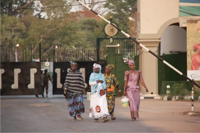 Varias mujeres entrando en el complejo presidencial de Kanilai.
