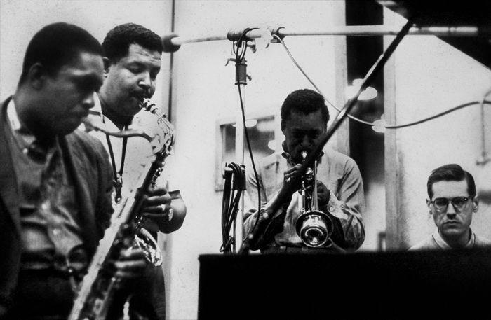 """John Coltrane, Cannonball Adderley, Miles Davis et Bill Evans pendant une seance d'enregistrement de l'album """"58 Miles"""" le 26 mai 1958. La meme equipe se retrouvera en 1959 pour l'album Kind of Blue --- John Coltrane, Cannonball Adderley, Miles Davis and Bill Evans during recording session for album """"58 Miles"""" on may 26, 1958 *** Local Caption *** John Coltrane, Cannonball Adderley, Miles Davis and Bill Evans during recording session for album """"58 Miles"""" on may 26, 1958"""