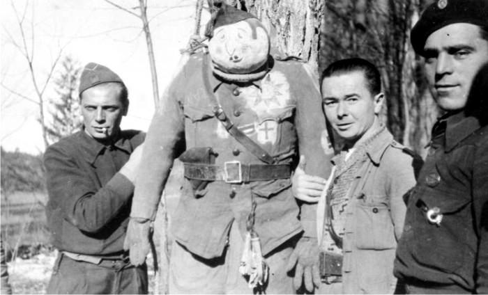 Miembros de las Brigadas Internacionales con un monigote de Franco.
