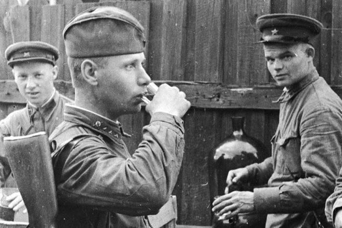 Soldados del Ejército Rojo bebiendo vodka, 1941. Fotografía cortesía de Военное обозрение.