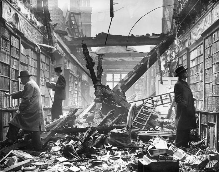Los restos de la librería Holland House de Londres en octubre de 1940. Fotografía: Getty.